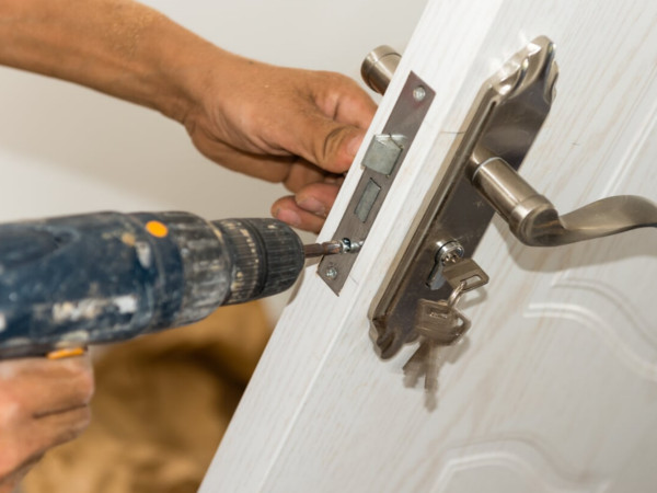 montaggio posa serrature servizi